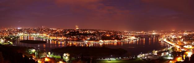 Взгляд ландшафта ночи стамбула, турции. панорамный пейзаж на бухте золотой рог.