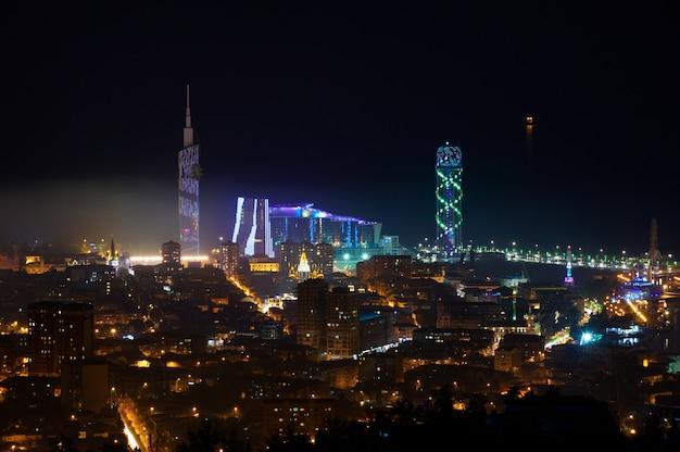 Красивый вид с воздуха городского пейзажа ночью. батуми, грузия