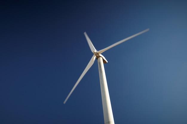 風力発電、青い空を背景に風力タービン