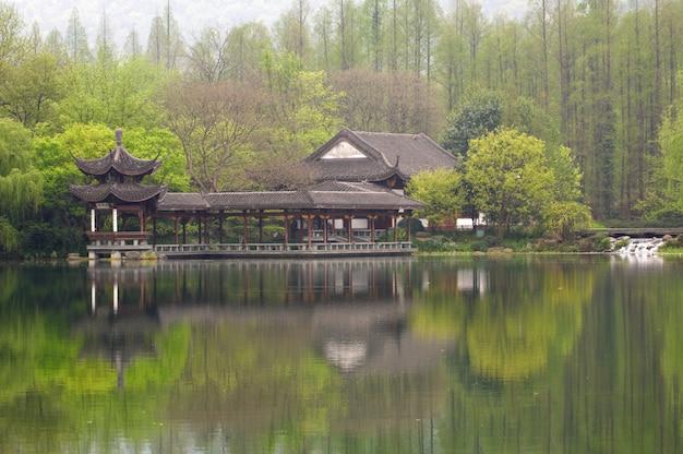 西湖の海岸、中国杭州市の公共公園のパビリオンと中国の伝統的な橋