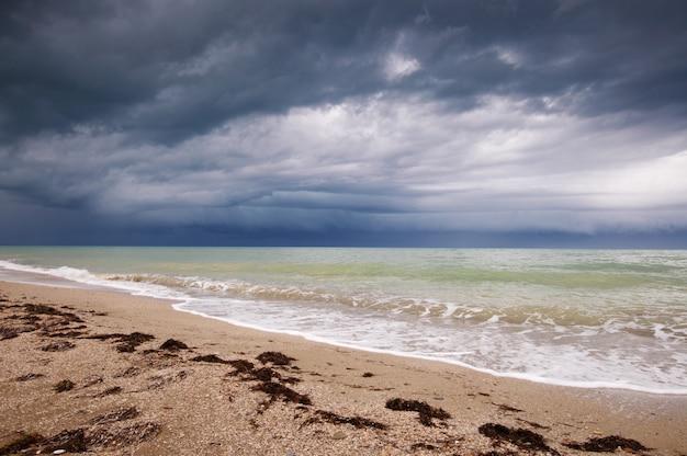 Изображение пляжа и драматического неба.