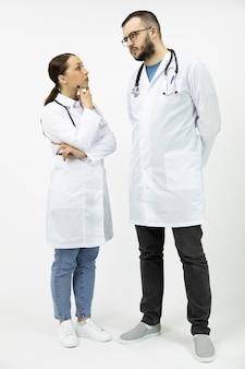 Два серьезных полных мужских доктора женского пола обсуждают медицинский диагноз пациента
