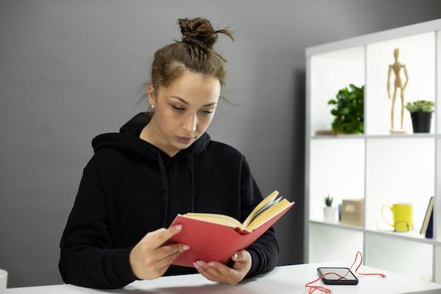 家に座っている美しい学生、教育文学、自己分離を読む