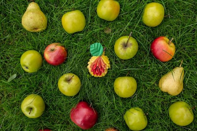 リンゴの収穫、緑の草、トップビューペーパークラフト折り紙アート秋のコンセプトの枝編み細工品バスケット
