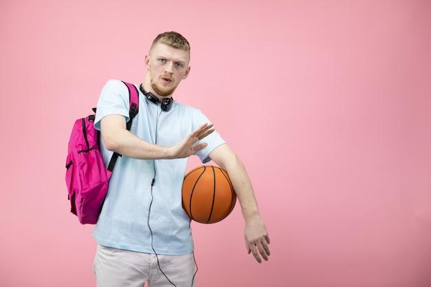 Молодой спортсмен мальчика предотвращает ладони рук показывая отказ испуганное выражение.