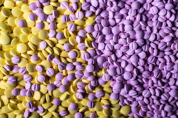 Цветные лекарства фон крупным планом. наркотики, обезболивающие, простудные и другие таблетки.