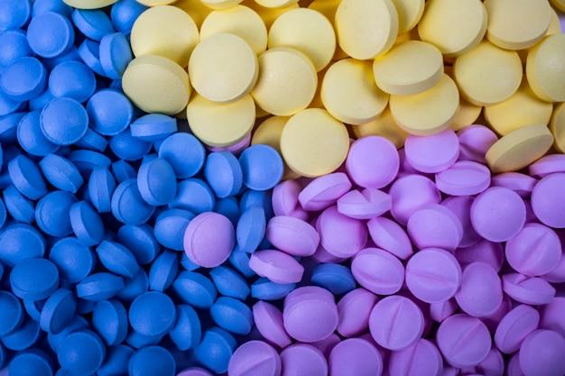 Лекарства фон крупным планом. наркотики, обезболивающие, простудные и другие лекарства.