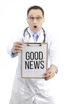 ショックを受けた医師がテキスト付きのクリップボードを保持良い知らせ。治療法、ワクチン