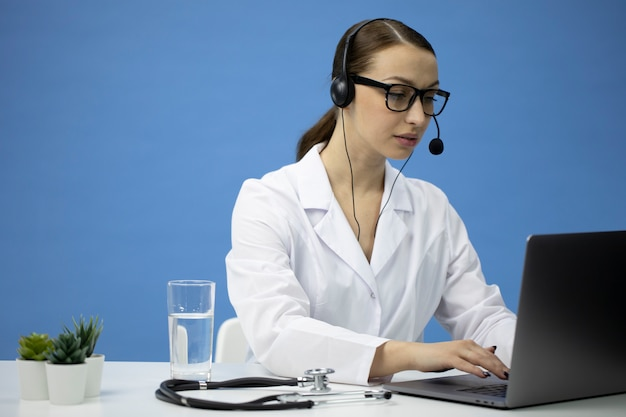 オンライン医療相談。患者と話しているヘッドセットの魅力的な医者