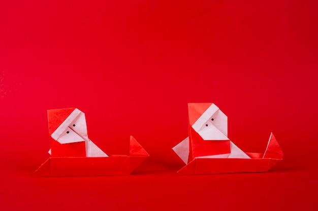 そりで年賀状手作り折り紙サンタクロース。クリスマスコンセプト冬細工装飾スタジオ撮影