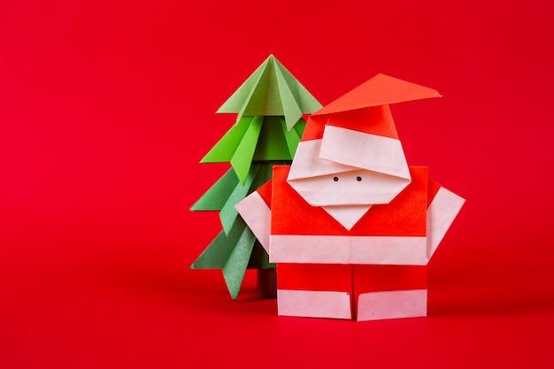 年賀状ツリーと手作り折り紙サンタクロース図。クリスマスコンセプト冬細工装飾スタジオ撮影