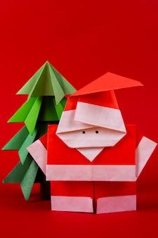 クローズアップ年賀状手作り折り紙サンタクロースの数字の木。クリスマスコンセプト冬細工装飾スタジオ撮影