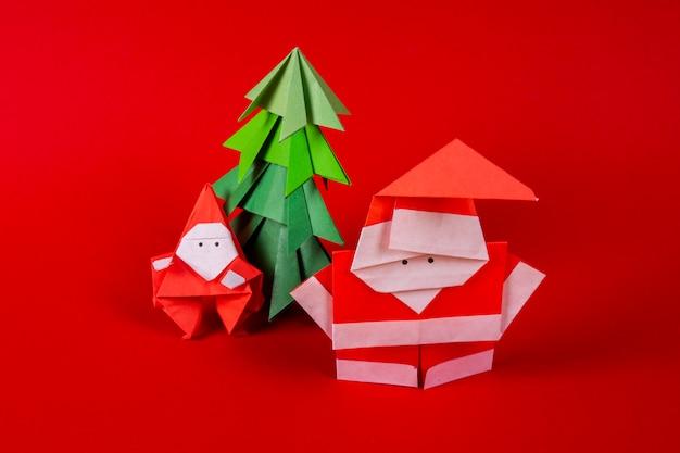 木のそりで年賀状手作り折り紙サンタクロース。クリスマスコンセプト冬細工装飾スタジオ撮影をクローズアップ