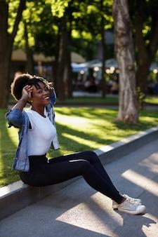 散歩に公園で幸せな浅黒い肌の少女