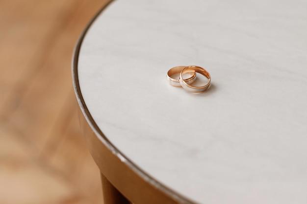 白いテーブルの上の結婚指輪