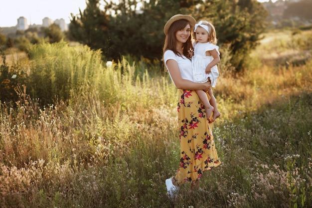フィールドでの散歩に美しい母と娘