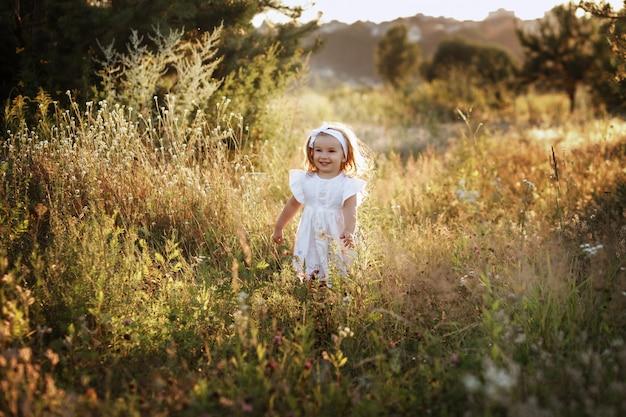夏の畑で走っている少女