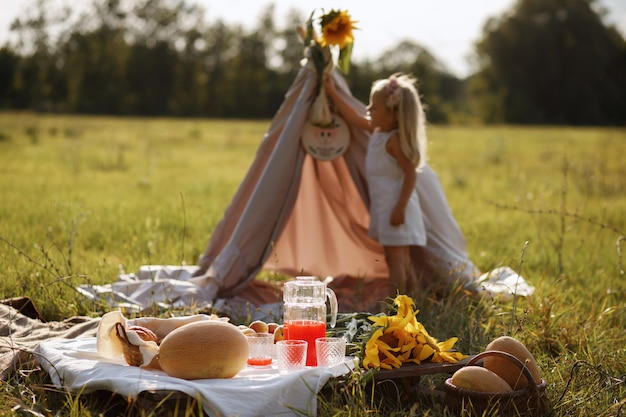 夏のピクニック。空間には小さな女の子がいます。ぼやけた空間