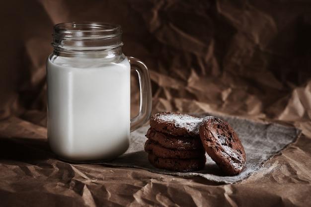 チョコレートチップクッキーと牛乳のガラス。自家製のベーキング。料理
