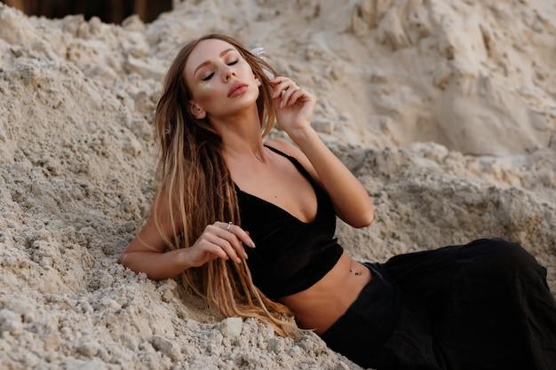 夕暮れ時の砂で日焼けした女の子