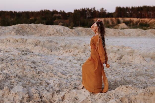夏の日没で砂浜のペニオレで日焼けした女の子