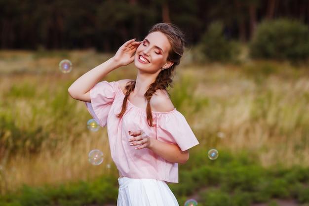 夏のシャボン玉で幸せな笑顔の女性