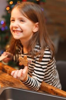 Свежее запеченное печенье на руке детей