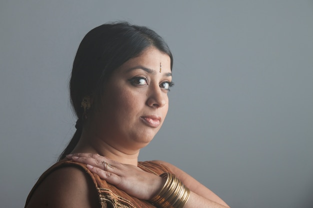 Красивый портрет индийской женщины молятся