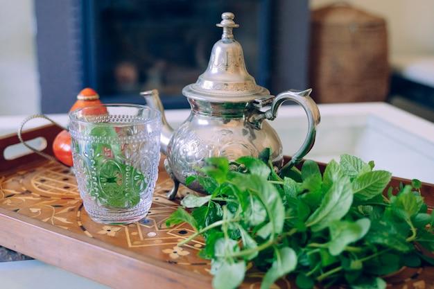 Деталь зеленого арабского чая на подносе