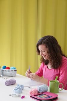 彼女の編みスタジオで若い女性