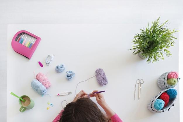 彼女のスタジオで羊毛を扱う想像力豊かな女性
