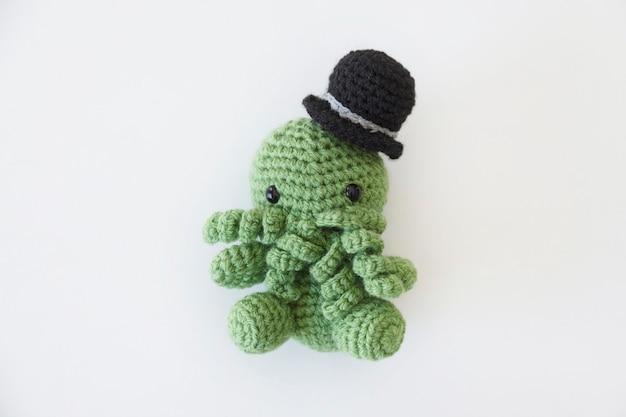 緑のタコの形をした面白いウールのおもちゃ