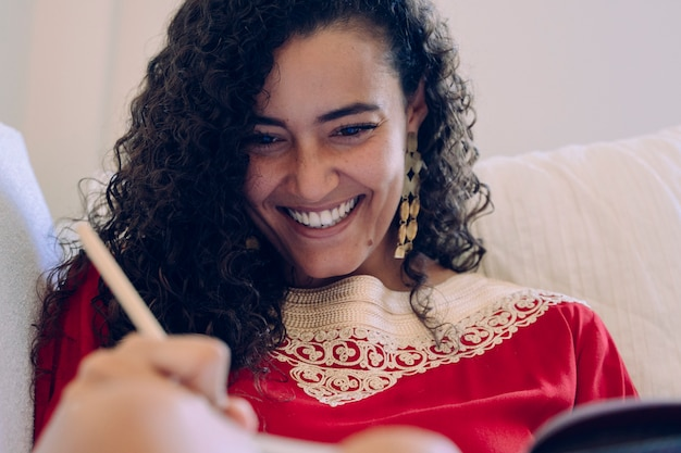 Красивая молодая женщина, писать на ноутбуке и пить чай дома