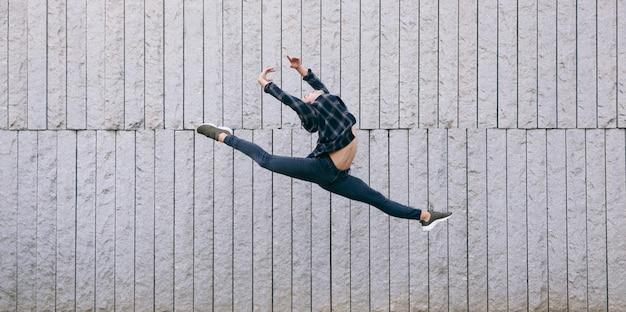バレエジャンプを実行する若い男性ダンサー