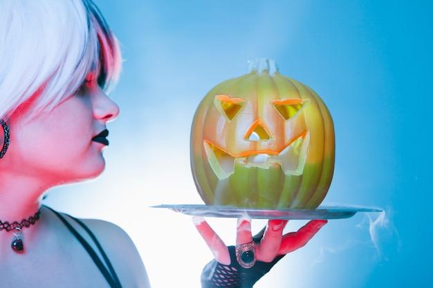 Крупным планом сексуальная женщина с тыквой страшно хэллоуин