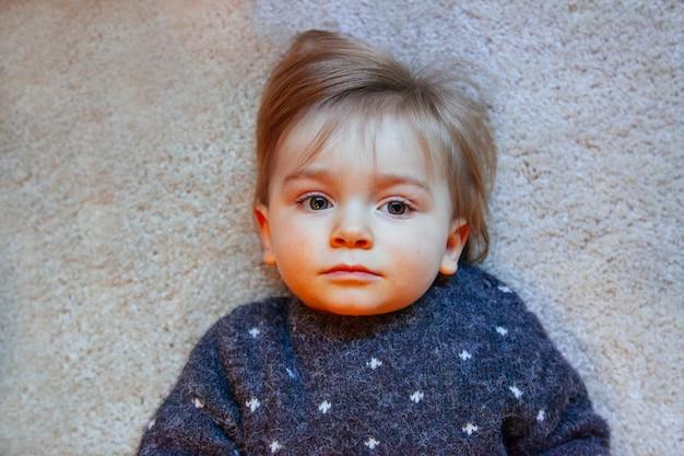 赤い頬を持つ病気の幼児の肖像画