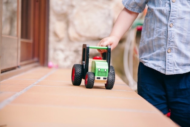 自宅で伝統的なおもちゃで遊ぶ男の子のクローズアップ。
