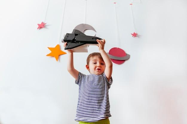 Маленький мальчик притворяется космонавтом