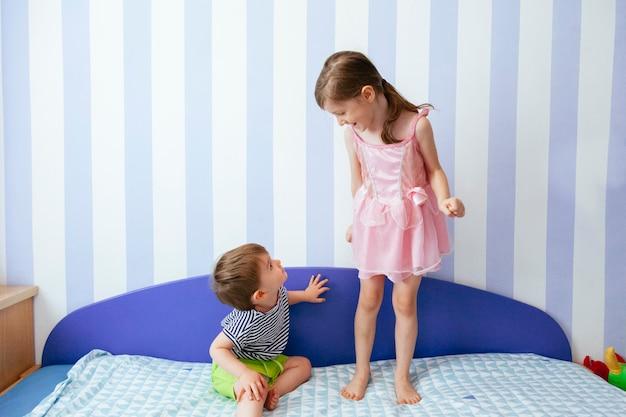 家で遊ぶ生意気な兄と妹