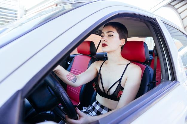 休日に車を借りる女性