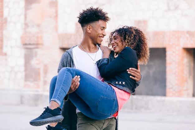 Веселая африканская влюбленная пара