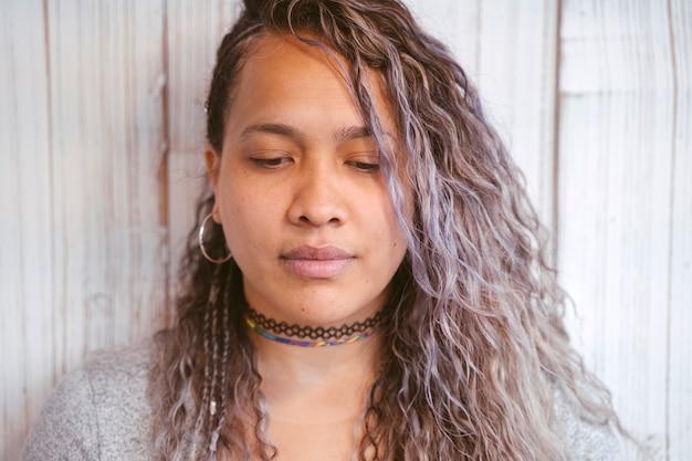 Экзотические черты этнической женщины с длинными вьющимися волосами и большими губами.
