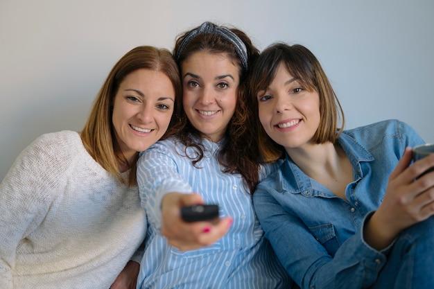 共有し、笑っている女性のルームメイト。親友と一緒に時間を過ごしましょう。