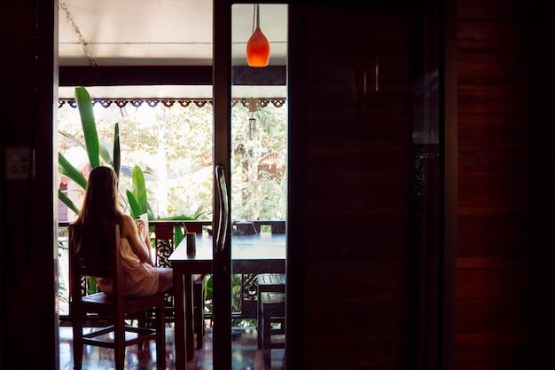 Турист женского пола, проводящий отпуск в роскошном курорте. природа и время отдыха. деревенские бунгало для удивительного лета.