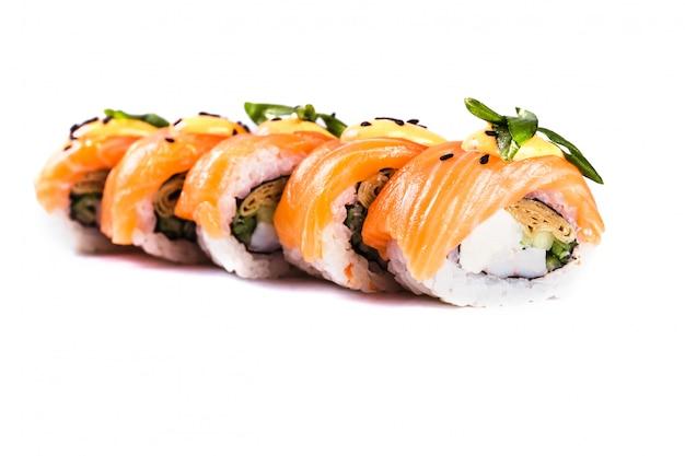 分離した白い背景の上巻き寿司。伝統的な日本料理