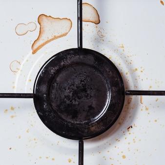 Грязная тарелка с пятнами и смазкой