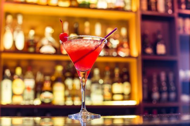 Космополитичный коктейль в баре
