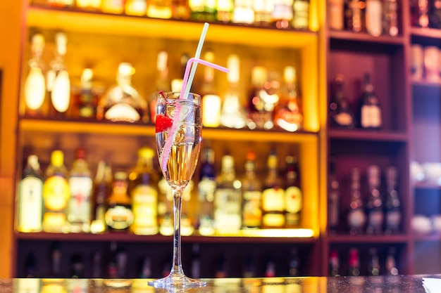 Мартини королевский коктейль в баре. алкогольный напиток (закрыть)