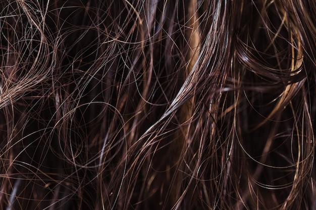 絡み合う濡れた髪の質感