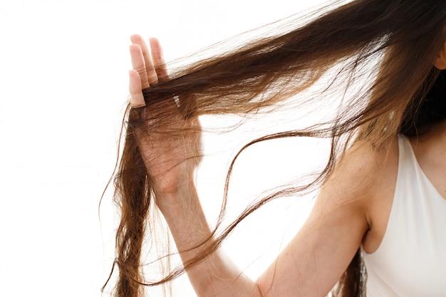 問題のある髪の若い女性。分離された白
